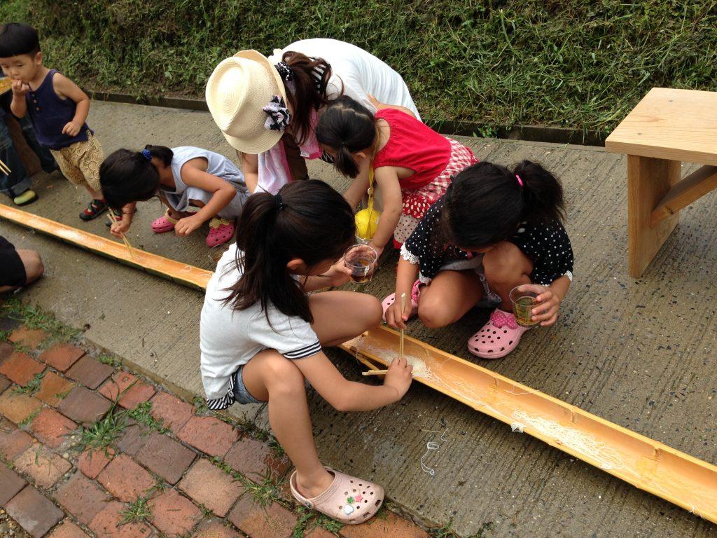 In Ösaka, children enjoy chasing and eating the nagashisoumen. (Photos courtesy of Loren Ke'ala Fujitani)