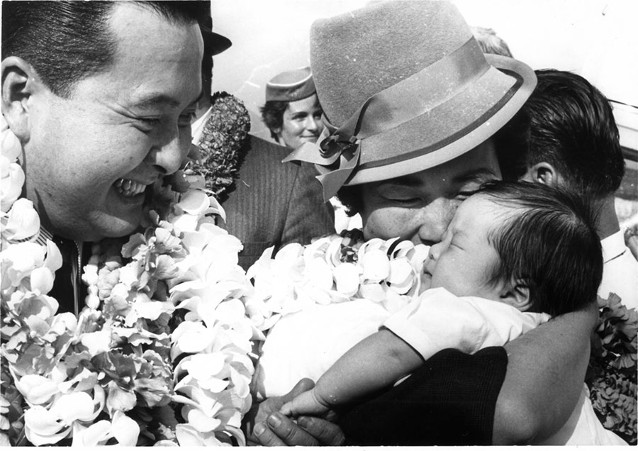 Sen. Inouye and wife Maggie with their infant son Ken at Honolulu Airport in 1964. (Hawaii Hochi Archives)