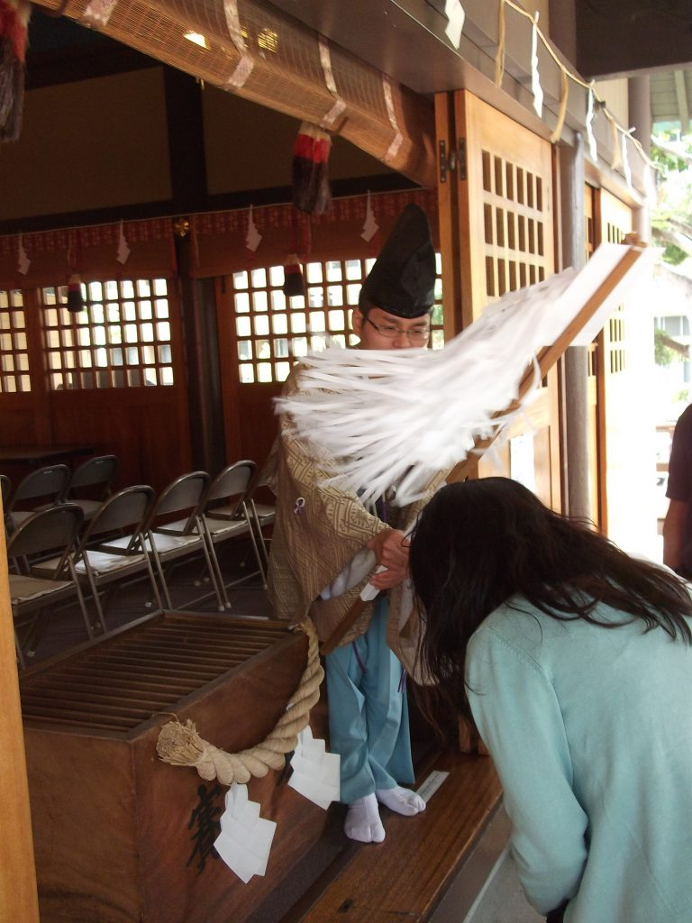 A visitor to Izumo Taishakyo Mission of Hawaii bows to receive a blessing. (Photos by Kevin Kawamoto)