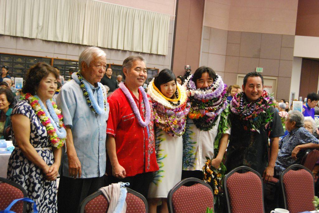 Gov. David Ige (center) with Masako and Takashi Gushiken (far left) of Naha, Okinawa; Hanae and Mark Higa, 2015 HUOA president; and outgoing president Chris Shimabukuro.