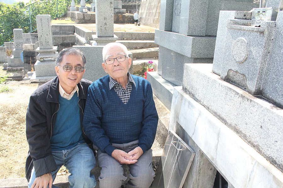 Mission accomplished! Cousin Shigetoshi and myself in front of the Dote family ohaka in Saka.