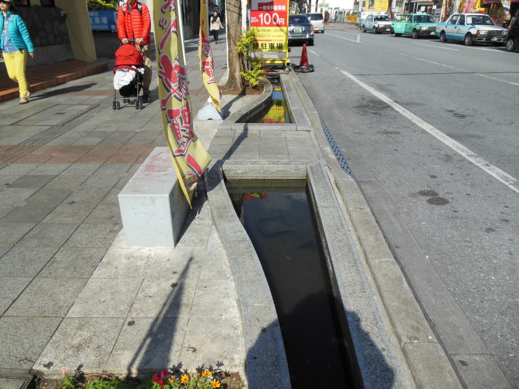 Fish tanks have been built into the sidewalk on one street feeding into Kokusai Döri, Okinawa's version of Kaläkaua Avenue.
