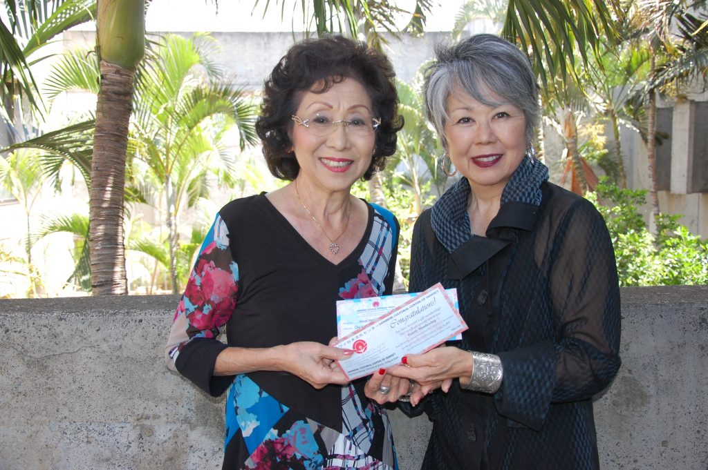 Third-prize winner Jean Yoshihara (left) with Carole Haya- shino, president and executive director of the Japanese Cultural Center of Hawai'i.