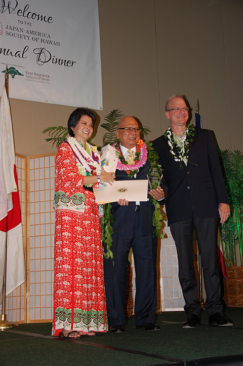 Bridge Award recipient Ken Saiki (center) with JASH president Lenny Yajima (left) and JASH chair Daniel Dinell.