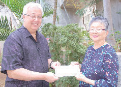 David Uchiyama, chief commercial officer of Island Air, with first prize winner Elaine Higaki.
