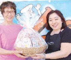 Third prize winner Sachiko Morikawa (left) with Larry's Bakery owner Iris Yafuso-Toguchi.