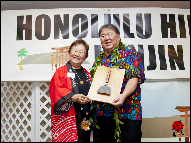Nancy Shimamoto received the 2016 Outstanding Member award from president Wayne Miyao. (Photo by B. Saigusa)