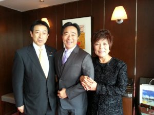 In October 2015, Glenn Wakai and his mother had the opportunity to meet with Japan's Minister of Health, Labor and Welfare, Yasuhisa Shiozaki, in Tökyö.