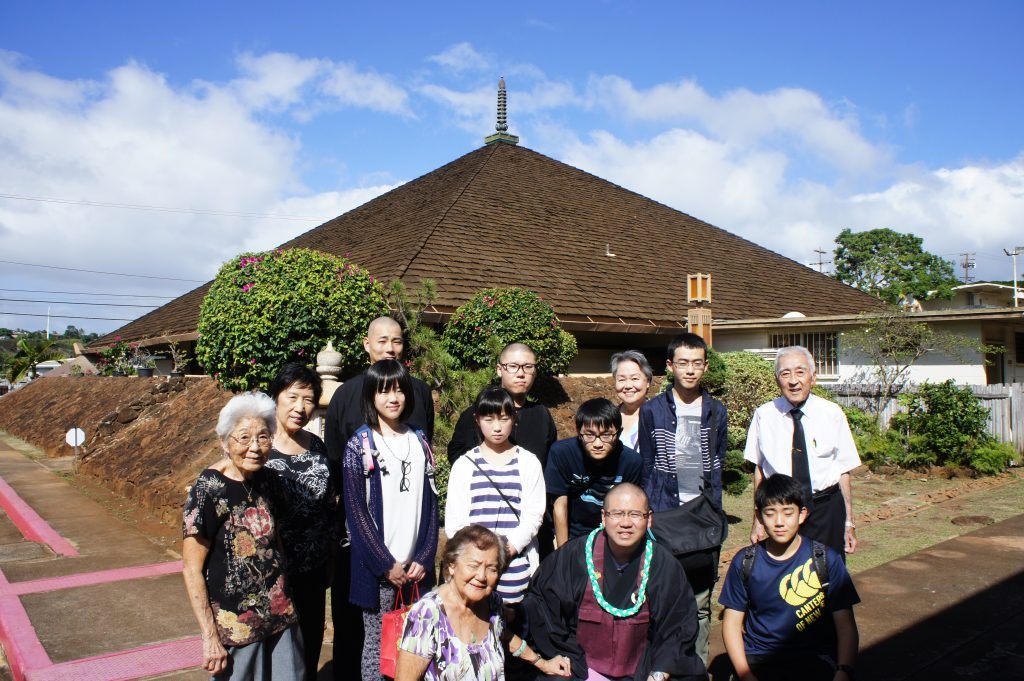 Photo of Rev. Kenji Oyama and his students in his old hometown, Waipahu
