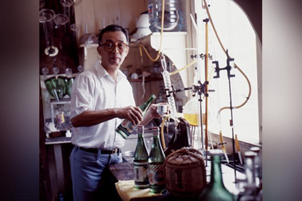 Photo of Nihei Takao making sake