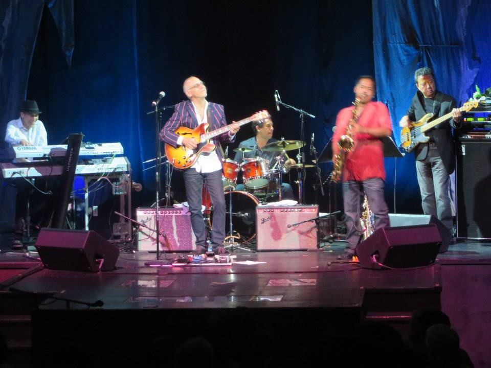Bruce Hamada on bass guitar at a May 2016 concert by Larry Carlton at the Magic of Polynesia Theatre in Waikïkï. Carlton assembled his band from among local musicians.